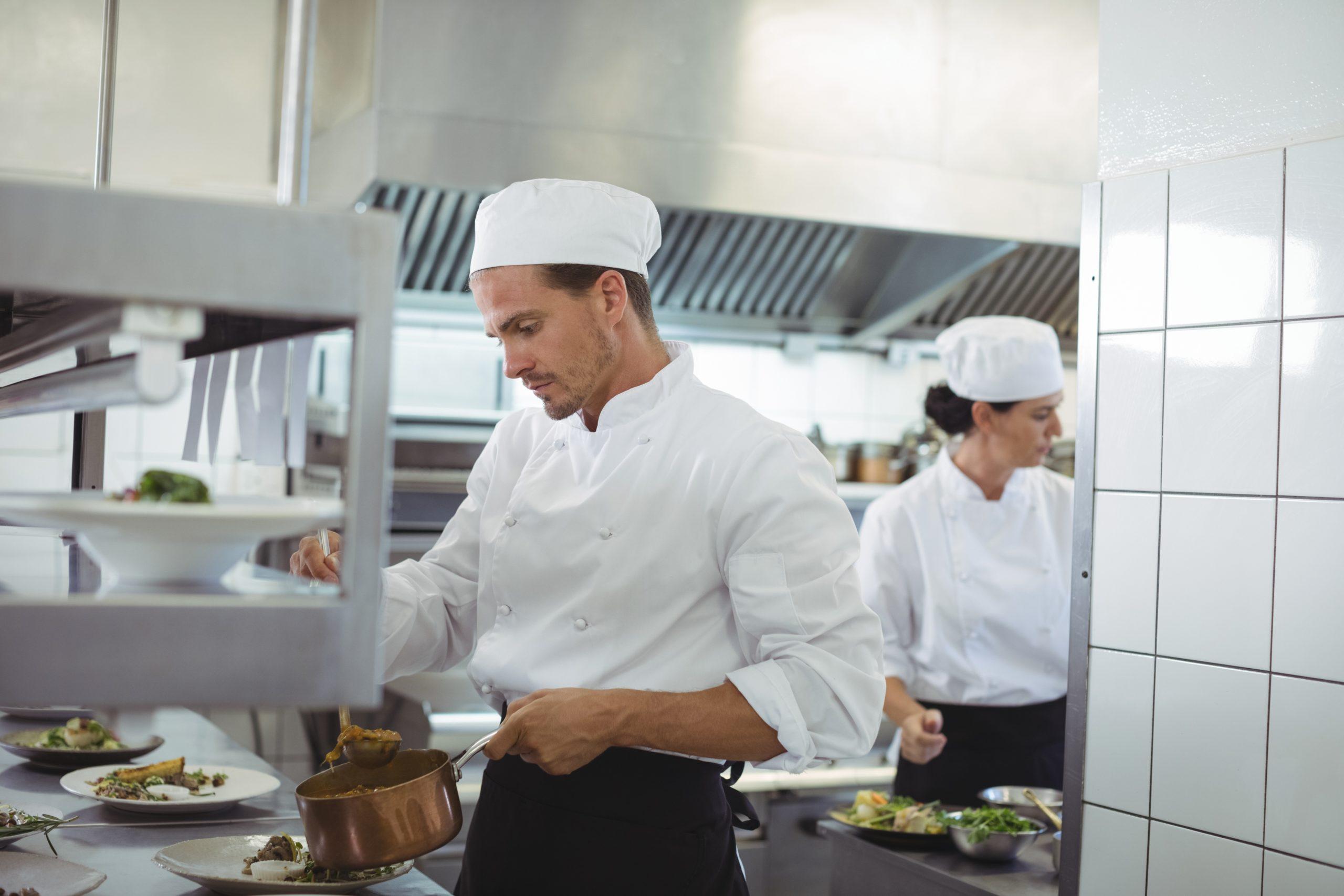 Gastronomiefachplanung Küch bereitet Essen zu